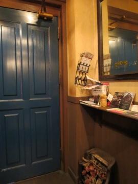 店内からの青いドア