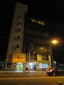 ビルの入口は左下、店は7階