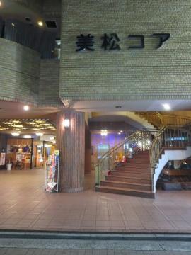 店舗は美松コア1階、写真階段の裏