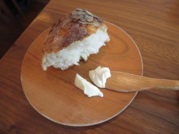 パンは千切ってパン皿に。出来るだけ箱の中で保温