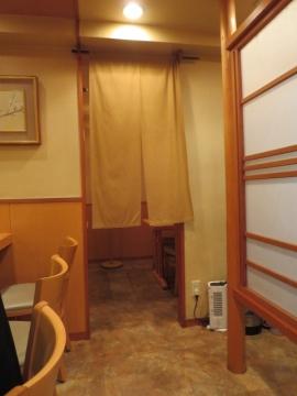 店内。奥は半個室です