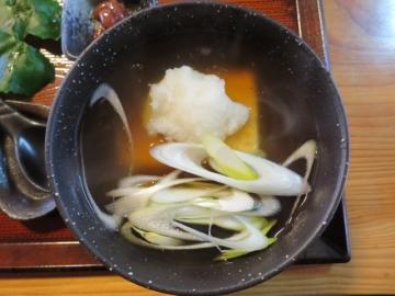 蕎麦の具に、揚げた豆腐と餡かけ