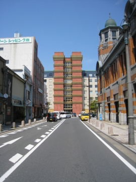 門司港駅方面から、正面門司港ホテル