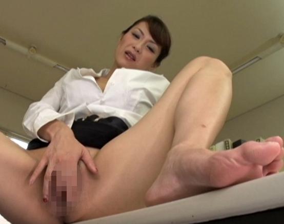ドスケベ熟女OLが足コキや逆アナル責めしたりハメ潮SEXで絶頂の脚フェチDVD画像1