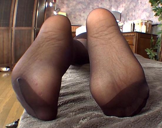 色気ムンムンで足臭ムンムンなコスプレお姉さんのパンストコキの脚フェチDVD画像3