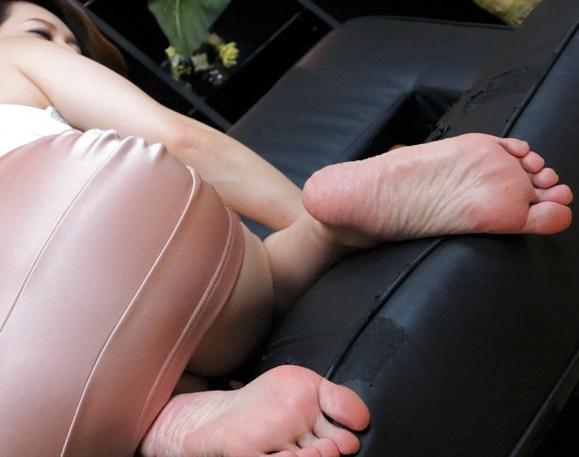 熟女がパンストや素足から足臭を放ちながら淫乱な足コキ責めの脚フェチDVD画像3