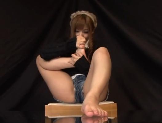 成瀬心美の美しい生足裏やつま先を堪能する足フェチ動画の脚フェチDVD画像5