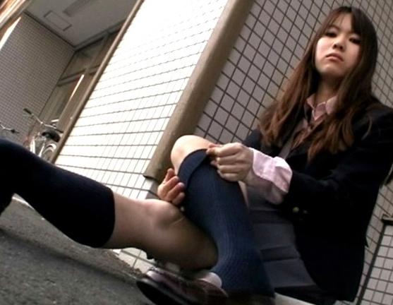 素人女子校生の蒸れ蒸れになったハイソックスと素足で足コキの脚フェチDVD画像1