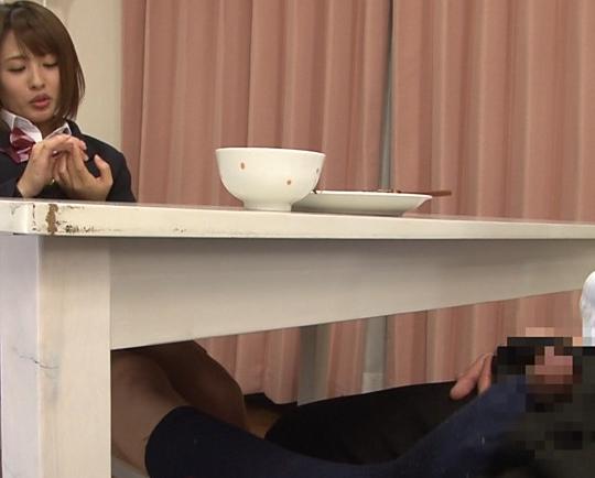 嫁の妹が机の下から紺のハイソックスで痴女足コキしてくるの脚フェチDVD画像5