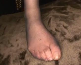極上スレンダー美脚にパンストを穿いた美女が太腿コキ&足コキの脚フェチDVD画像2