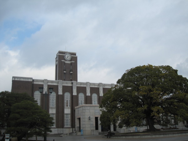 京大のシンボル時計台とくすのき