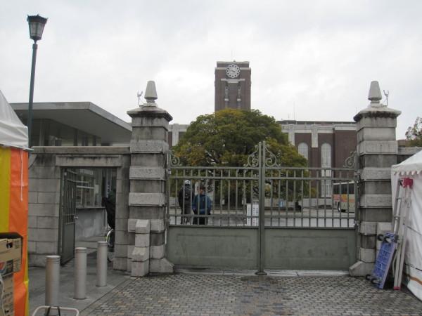 閉じられた京大の正門