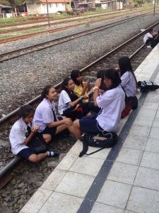 列車を待つ生徒たち