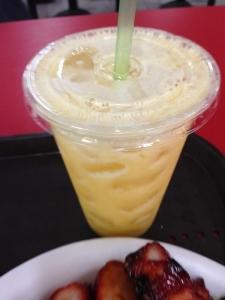 搾りたてのパイナップルジュース