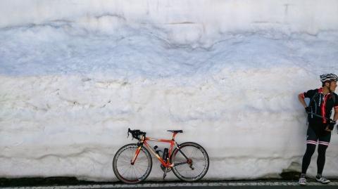 22渋峠へ:雪の回廊