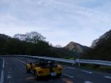 山道を疾走する車