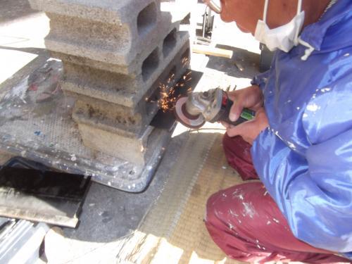 床の塗膜はぎ用の刃を研いでいます