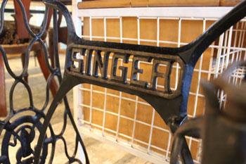 ミシン脚テーブル シンガー アイアン パソコンデスク リメイク アップサイクル 店舗向け家具 カフェ