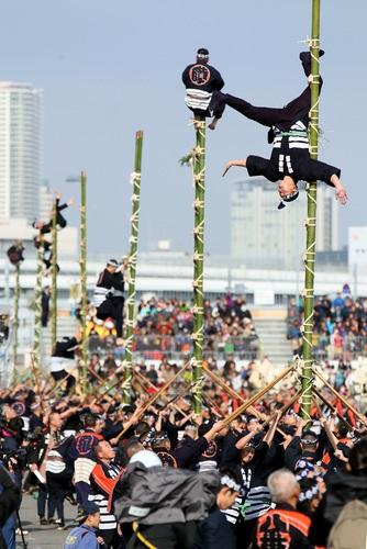 東京消防庁の出初め式で披露されたはしご乗りの演技=東京都江東区で2015年1月6日午前11時13分、森田剛史撮影