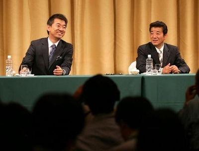 記者会見で笑顔を見せる大阪維新の会の橋下徹代表(左)と松井一郎幹事長=大阪市北区で2015年5月17日午後11時54分、貝塚太一撮影