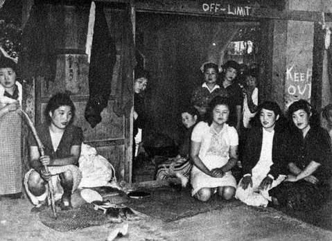 壁面などに英語で「OFF Limit」や「KEEP OUT」と書かれた朝鮮戦争時代の米軍向け慰安所と韓国人慰安婦の写真
