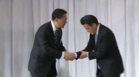 岡田克也氏は左手を右手に添えて海江田前代表と握手していますが、この形が話題になっています。