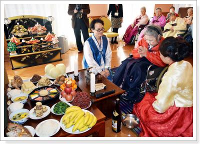 故郷の家・京都でも、韓服を着たご利用者様たちと一緒に茶礼を行いました。