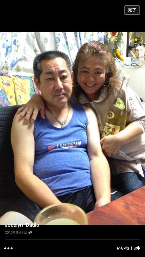 焼酎を抱える舟橋龍一の両親、舟橋喜一(父親) 、jJocelyn Daulo(母親)