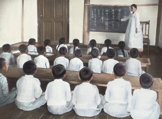 「日帝時代の朝鮮の小学校の授業(朝鮮語・ハングルで授業している)