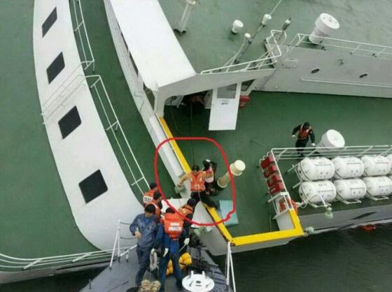 故発生後、船内放送で乗客には「客室が安全だから中で待機してください」と言っておきながら、船長や船員たちが最初に逃げ出したことだ