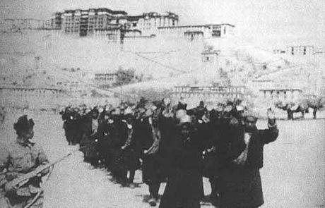 画像:1959年、支那軍に連行されるチベットの人々