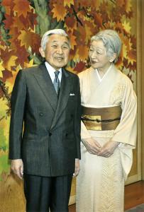 皇居・宮殿の廊下で歓談される天皇、皇后両陛下(2014年12月16日、東京都千代田区で)=宮内庁提供