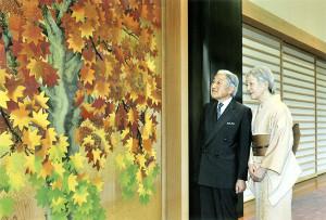 皇居・宮殿の廊下を歩かれる天皇、皇后両陛下(2014年12月16日、東京都千代田区で)=宮内庁提供