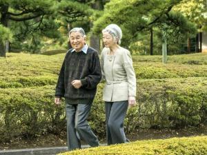 皇居・東御苑にある二の丸庭園を散策される天皇、皇后両陛下(2014年10月27日、東京都千代田区で)=宮内庁提供