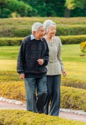 皇居・東御苑の二の丸庭園を散策される天皇、皇后両陛下=10月27日(宮内庁提供)
