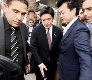 宿泊先のホテルを出る中山外務副大臣(中央)(26日午前8時24分、アンマンで)=松本剛撮影