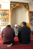 祈りをささげるイスラム教徒たち=名古屋市中村区の名古屋モスクで、花岡洋二撮影