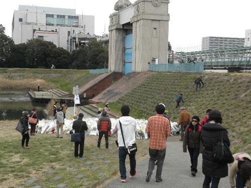 20150314デモの後、私は、上村遼太君殺害現場に行って祈りを捧げた。事件発生からもうすぐ約1か月になるが、今でも現場を訪れる人々は後を絶たない。最寄り駅は、京急・大師線の港町駅。