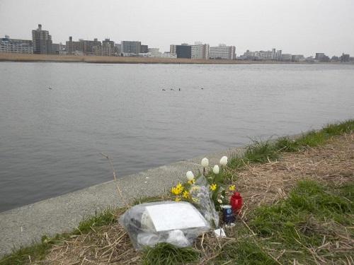 20150314デモの後、私は、上村遼太君殺害現場に行って祈りを捧げた。事件発生からもうすぐ約1か月になるが、今でも現場を訪れる人々は後を絶たない。