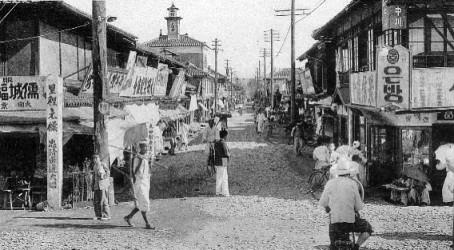 1920年代のパラオの町並みの写真を見ると、右側の店舗には、韓国・朝鮮人が1910年の日韓併合により奪われたと歴史を捏造している、ハングル文字の看板があります。