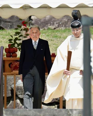 両陛下、パラオ訪問を報告 昭和天皇の武蔵野陵を参拝
