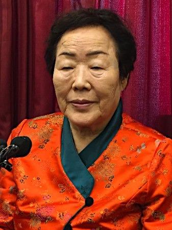 23日、米ワシントンの下院議員会館内で、記者会見する韓国人元慰安婦の李容洙さん。