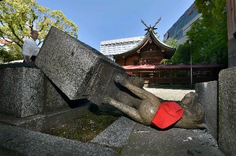 倒された警固神社境内のキツネの石像=25日午前10時すぎ、福岡市中央区
