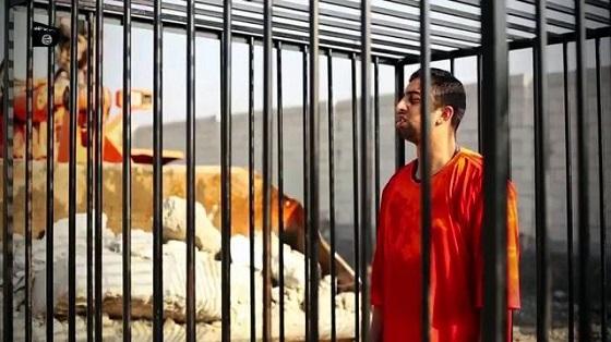 檻の中でうなだれる、殺害映像が公開されたとみられるヨルダン人パイロット