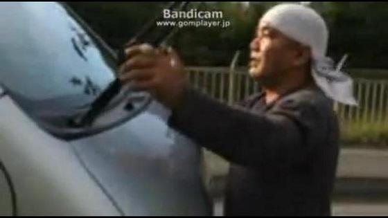 辺野古ゲート前 車を叩く男