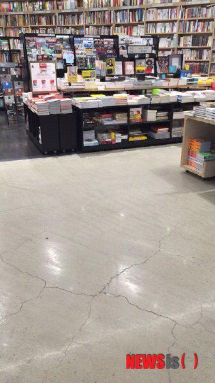第2ロッテワールドモールに入店した書店の床に大規模な亀裂が発生した。
