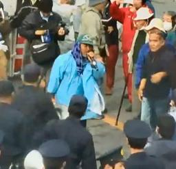 動画投稿サイト「ユーチューブ」に投稿された、米軍の基地警備員に拘束される直前の山城博治議長(中央のマイクを持つ人物)