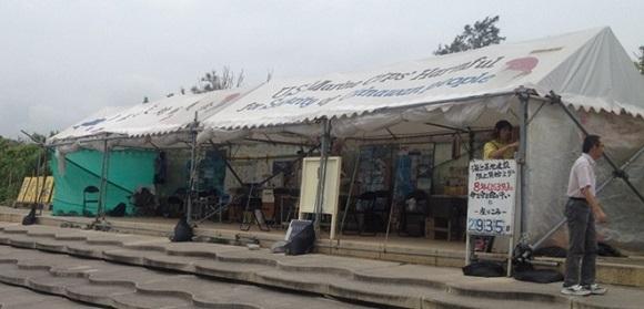 テント村のテントは名護市が所有する辺野古漁港の湾岸施設部分を不法占拠して設置し、8年以上にわたり居座り続けているものです。しかし、このテント村には辺野古の住民は一人もいません。