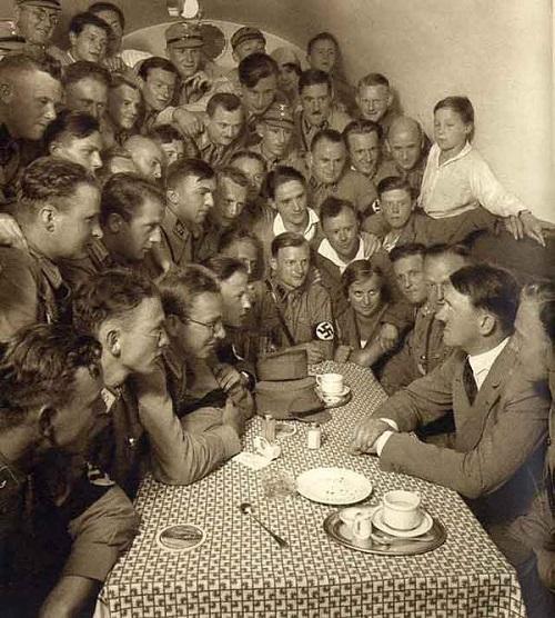 【社会】安倍首相はヒトラー?歴史知識のなさを笑う…偏向報道を続けるTBSサンモニ、サザン桑田氏、共産池内氏、とても醜悪で世も末だ