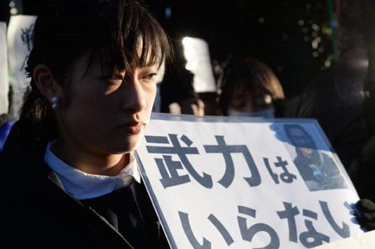 後藤さんへの追悼の意味を込めサイレント集会となった。=1日午後、官邸前 写真:山本宏樹=